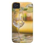El vino blanco se vierte de la botella en iPhone 4 cárcasa