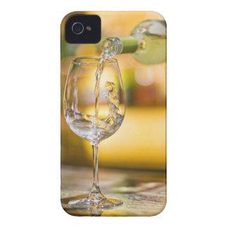 El vino blanco se vierte de la botella en restaura iPhone 4 carcasas