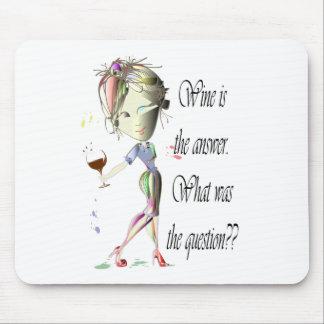 El vino es el vino divertido de la pregunta que di alfombrillas de ratón
