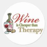 El vino es más barato que terapia etiqueta redonda