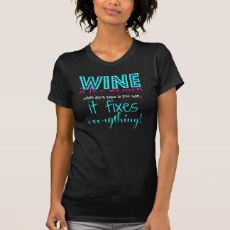 ¡El vino fija todo! blanco rosado de la aguamarina T-shirts