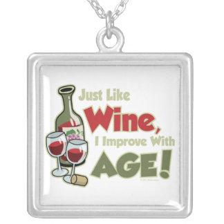 El vino mejora con edad colgante cuadrado