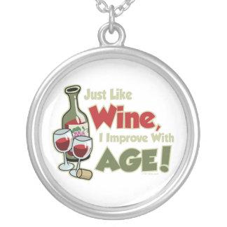 El vino mejora con edad colgante redondo