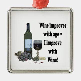 ¡El vino mejora con edad, yo mejora con el vino! Adorno Navideño Cuadrado De Metal