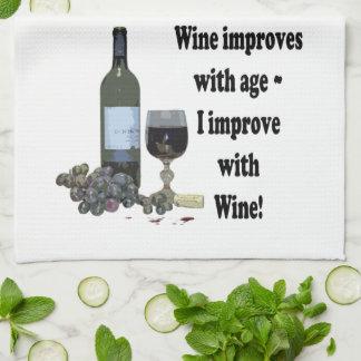 ¡El vino mejora con edad, yo mejora con el vino! Toallas De Mano