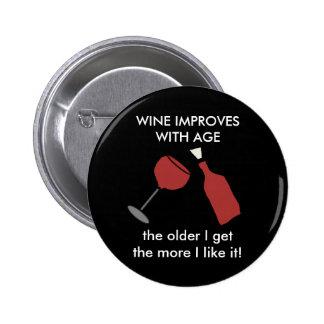 El VINO MEJORA CON el botón del vino de la EDAD Pin Redondo De 2 Pulgadas