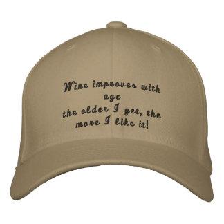 El vino mejora con el gorra bordado divertido de l gorra de béisbol bordada