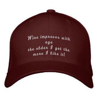 El vino mejora con el gorra bordado divertido de l gorras bordadas