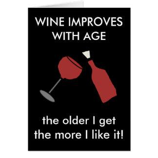 El VINO MEJORA CON la tarjeta divertida del vino d