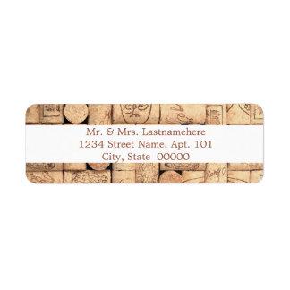 El vino tapa etiquetas de dirección con corcho