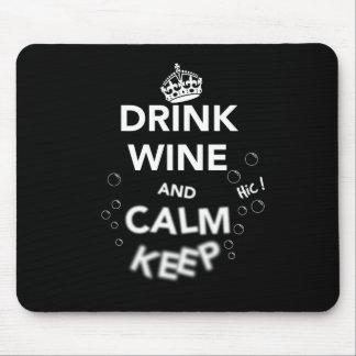 El vino y la calma de la bebida guardan (el tapete de raton