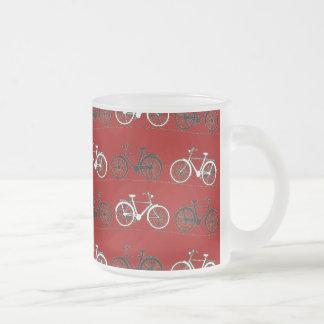 El vintage blanco negro rojo monta en bicicleta el taza cristal mate