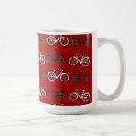 El vintage blanco negro rojo monta en bicicleta el taza de café