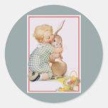 El vintage Pascua, niño con el conejo de conejito, Pegatina Redonda
