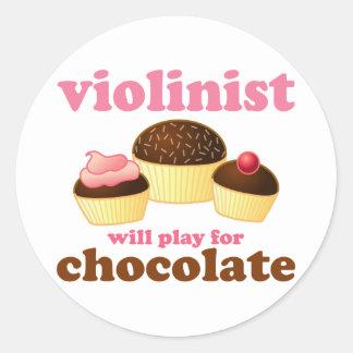 El violinista jugará para el chocolate pegatina redonda