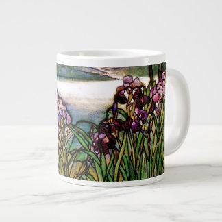 El vitral de Tiffany irisa la taza enorme
