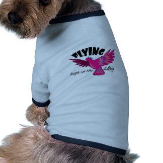 El volar arriba camiseta de perro