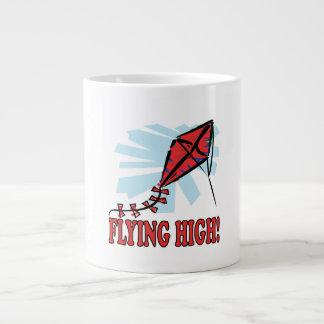 El volar arriba taza de café gigante