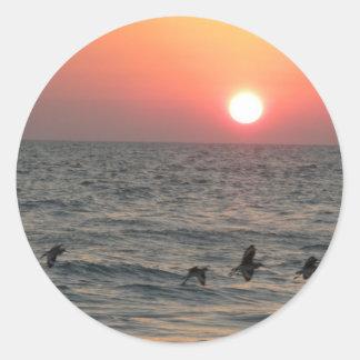 El volar con la puesta del sol etiquetas redondas