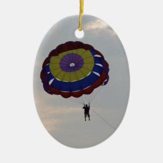 El volar con un parasail adorno navideño ovalado de cerámica