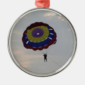 El volar con un parasail adorno navideño redondo de metal