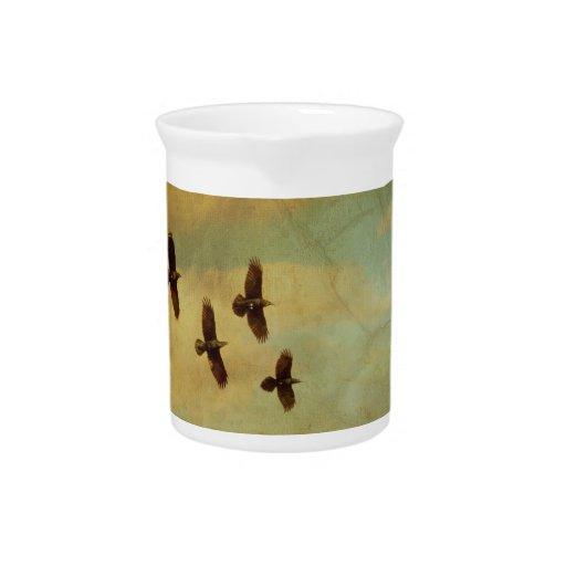 El volar de cuatro cuervos jarra de beber
