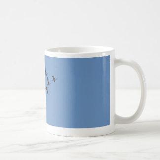 El volar de los gansos taza de café