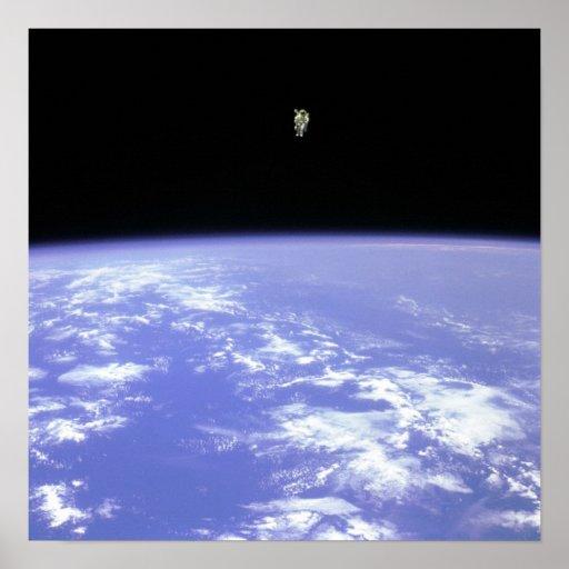 El volar libremente en espacio posters