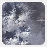 El volcán de Bezymianny exhibe un penacho modesto Pegatina Cuadrada