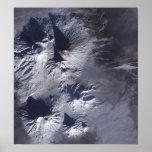 El volcán de Bezymianny exhibe un penacho modesto Póster
