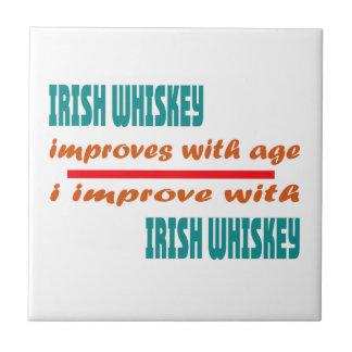 El whisky irlandés mejora con edad azulejo cuadrado pequeño