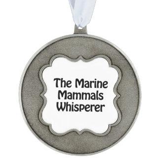 el whisperer de los mamíferos marinos adorno ondulado de peltre