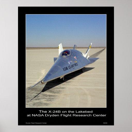 El X-24B en el Lakebed en el centro de la NASA Dry Póster