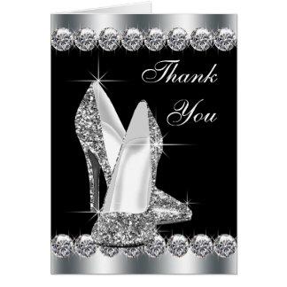 El zapato negro elegante del tacón alto le agradec