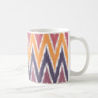El zigzag anaranjado púrpura de Ikat Chevron raya Tazas