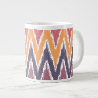 El zigzag anaranjado púrpura de Ikat Chevron raya Taza Jumbo