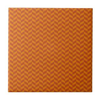 El zigzag anaranjado quemado de Chevron raya el mo Azulejo Cuadrado Pequeño