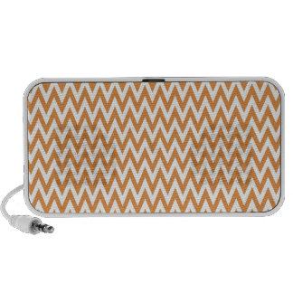 El zigzag anaranjado y blanco de Chevron raya el m iPod Altavoz