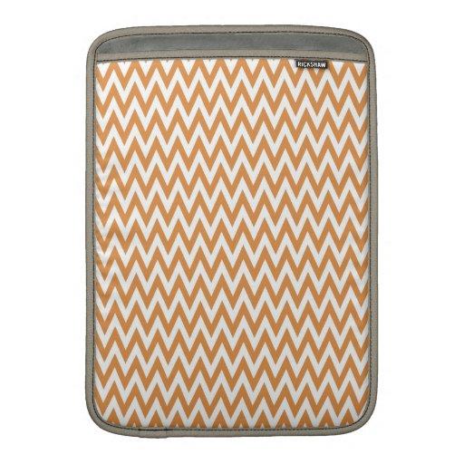 El zigzag anaranjado y blanco de Chevron raya el m Fundas MacBook