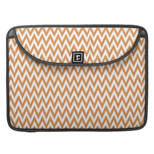 El zigzag anaranjado y blanco de Chevron raya el m Fundas Para Macbook Pro