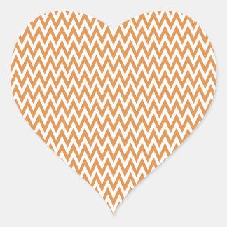 El zigzag anaranjado y blanco de Chevron raya el Pegatina En Forma De Corazón