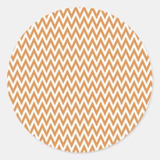 El zigzag anaranjado y blanco de Chevron raya el Pegatina Redonda