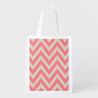 El zigzag beige rosado coralino raya el modelo de  bolsas reutilizables