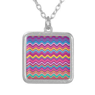 El zigzag colorido de la onda raya el modelo collares