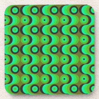 El zigzag curvado alinea los años 70 verdes de los posavasos de bebida