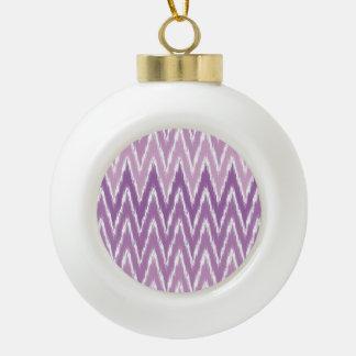 El zigzag púrpura de Ombre Ikat Chevron raya el Adorno De Cerámica En Forma De Bola