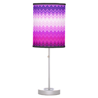El zigzag púrpura raya la lámpara de mesa