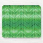 El zigzag verde de moda de Chevron raya el modelo Alfombrillas De Ratón