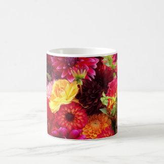 El Zinnia hermoso florece la taza