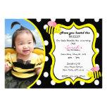 El zumbido manosea la invitación de la abeja - ros